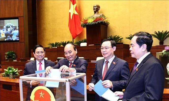 Các đồng chí lãnh đạo Đảng, Nhà nước bỏ phiếu bầu Chủ nhiệm một số Ủy ban của Quốc hội, Tổng Thư ký Quốc hội. Ảnh: TTXVN