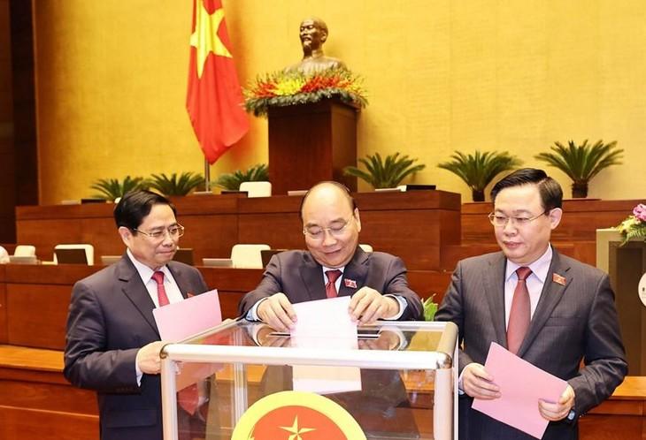 Các đồng chí lãnh đạo Đảng, Nhà nước bỏ phiếu miễn nhiệm một số Phó Thủ tướng Chính phủ, một số Bộ trưởng và thành viên khác của Chính phủ. Ảnh: TTXVN