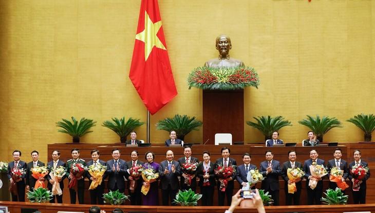 14 tân thành viên Chính phủ ra mắt Quốc hội sau khi được phê chuẩn, sáng 8/4. Ảnh: Giang Huy