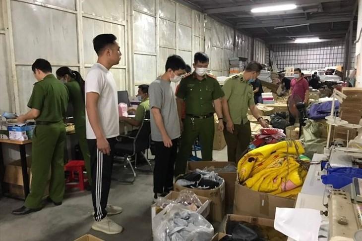 Đội Quản lý thị trường số 5 thuộc Cục Quản lý thị trường tỉnh Hải Dương tiến hành tạm giữ toàn bộ số hàng lậu để tiếp tục xác minh, xử lý theo quy định. Ảnh: DMS