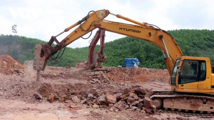 Các nhà thầu đẩy nhanh tiến độ thi công cao tốc Cam Lộ- La Sơn.