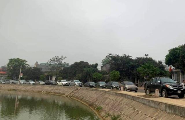 Hàng dài xe ô tô đến tham gia đấu giá 23 lô đất tại một xã vùng nông thôn huyện Thọ Xuân, Thanh Hóa vào đầu tháng 4/2021