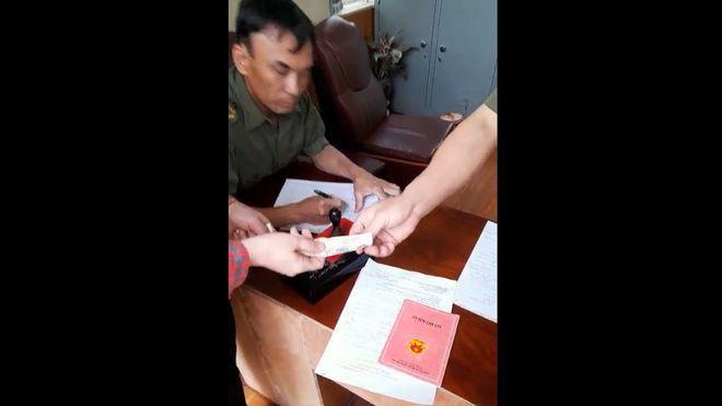 Hình ảnh Công an xã Tiên Minh thu tiền của người dân làm CCCD gắn chíp. Ảnh chụp màn hình Clip