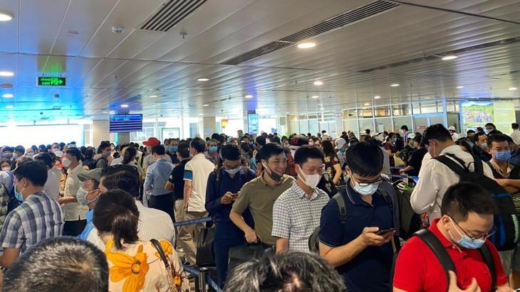 Hàng ngàn hành khách xếp hàng chờ soi chiếu tại Sân bay Tân Sơn Nhất
