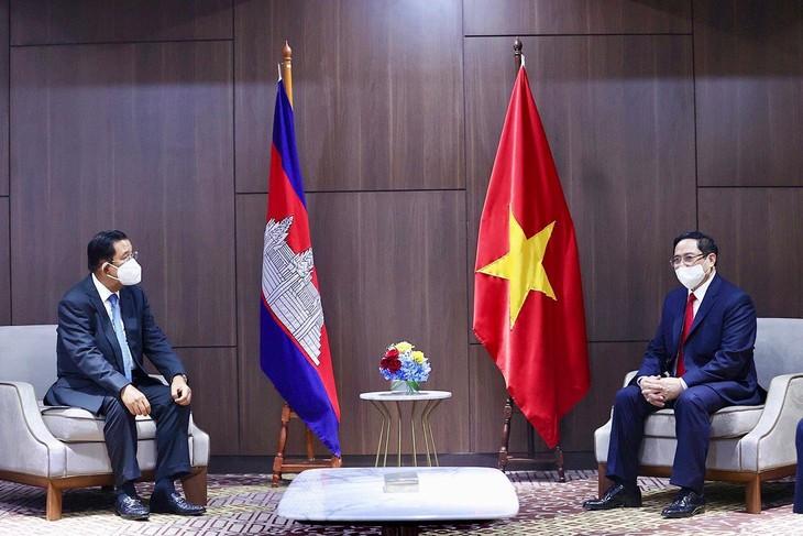 Thủ tướng Phạm Minh Chính trao đổi với Thủ tướng Campuchia Hun Sen. Ảnh: VGP
