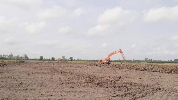 Nhà thầu đang thi công cào đắp đất hữu cơ tại cao tốc Mỹ Thuận - Cần Thơ