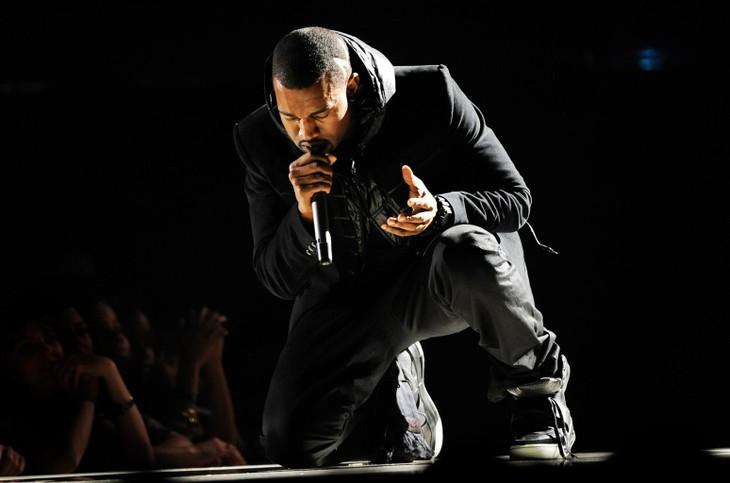 Đôi giày Kanye West mang tại lễ trao giải Grammy năm 2008 được bán với giá 1,8 triệu USD. Ảnh: SHUTTERSTOCK