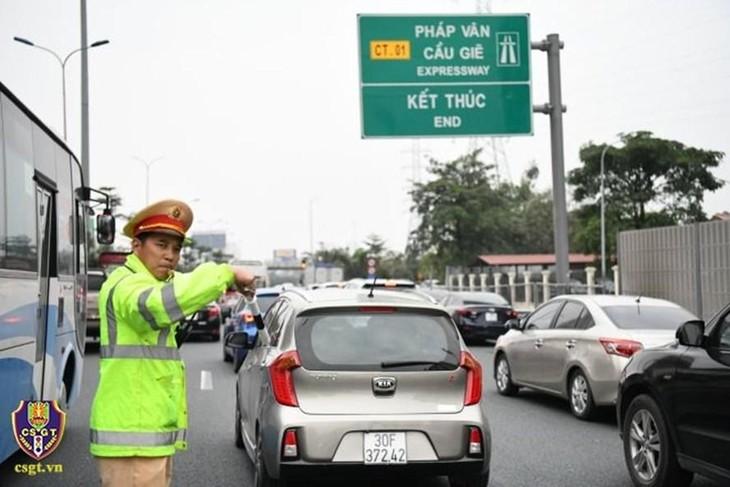 Lực lượng Cảnh sát giao thông phân luồng giao thông