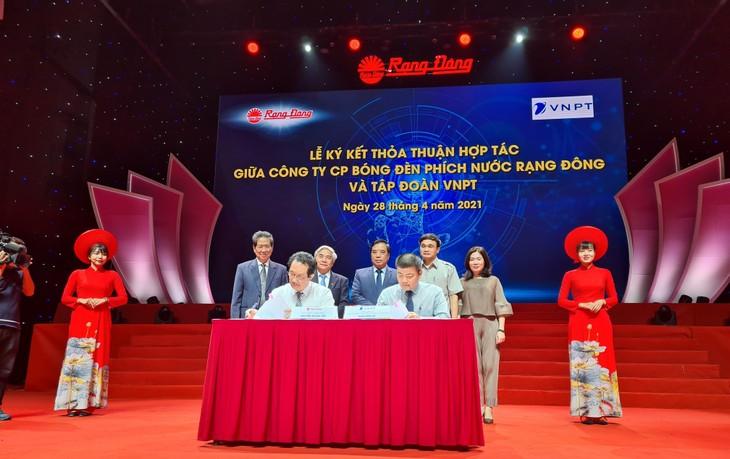 Đại diện VNPT, ông Ngô Diên Hy - Tổng Giám đốc Công ty VNPT-IT và đại diện Công ty CP Bóng đèn Phích nước Rạng Đông ký kết Thỏa thuận hợp tác