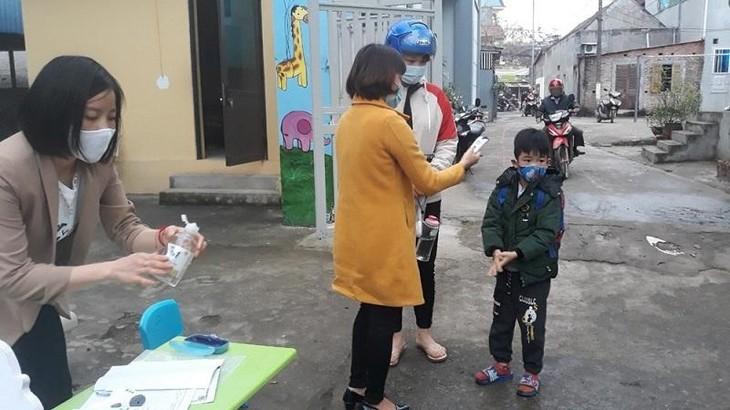 Cô và trò trường Mầm non Hồ Sơn, huyện Tam Đảo, tỉnh Vĩnh Phúc phòng chống dịch