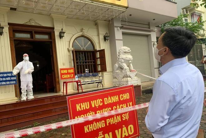 Thứ trưởng Bộ Y tế Trần Văn Thuấn kiểm tra khu cách ly tập trung tại khách sạn ở Yên Bái. Ảnh: BYT.