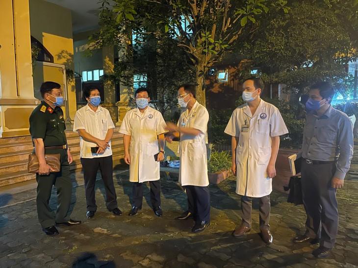 Lãnh đạo tỉnh Vĩnh Phúc thăm Bệnh viện Đa khoa Vĩnh Phúc và có cuộc họp khẩn để ra quyết định cách ly trong đêm