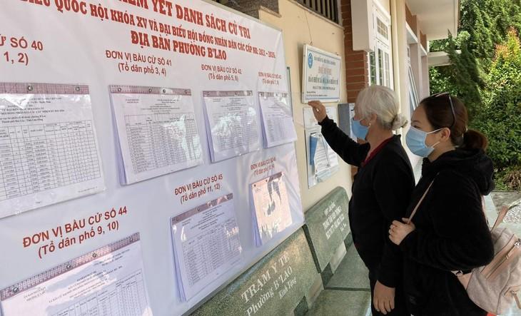 Người dân xem, rà soát danh sách cử tri.