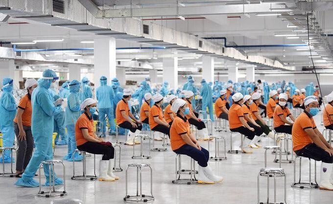 Ngành y tế lấy mẫu xét nghiệm công nhân Khu công nghiệp Quang Châu, ngày 15/5. Ảnh: Hoàng Phong