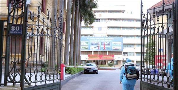 Lực lượng y tế tiến hành phun khử khuẩn tại trụ sở Bộ Giao thông Vận tải. Ảnh: Hoàng Hiếu
