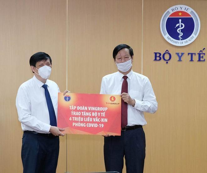 Vingroup và nhiều doanh nghiệp, ngân hàng đóng góp vào quỹ vaccine sáng 21/5. Ảnh: Bộ Y tế.