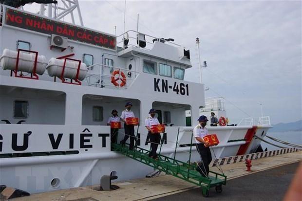 Lực lượng kiểm ngư đưa thùng phiếu của 20 khu vực bỏ phiếu sớm của huyện Trường Sa vào ngày 16/5 vừa qua vào bàn giao cho Ủy ban bầu cử huyện Trường Sa. Ảnh: TTXVN