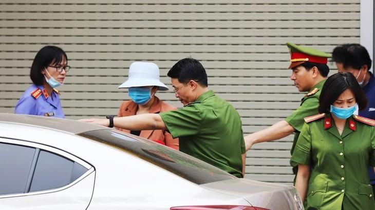 Cảnh sát bắt giữ bà Nguyễn Thị Kim An (mũ trắng) vào tháng 3/2021.