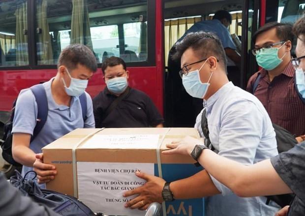 Các bác sỹ Bệnh viện Chợ Rẫy mang theo trang thiết bị y tế hỗ trợ cho tỉnh Bắc Giang. Ảnh: PV/Vietnam+