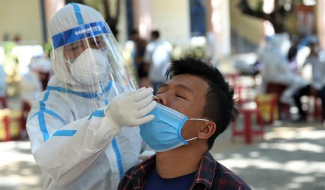 Nhân viên y tế lấy mẫy xét nghiệm cho những người có nguy cơ lây nhiễm