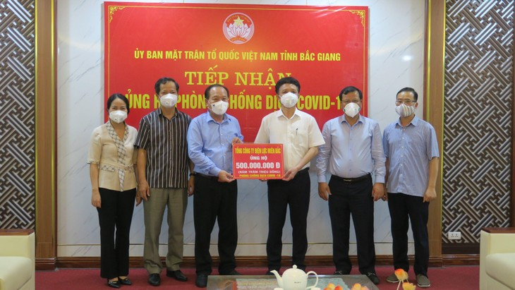 Lãnh đạo tỉnh Bắc Giang tiếp nhận số tiền ủng hộ 500 triệu đồng của Tổng công ty Điện lực miền Bắc do Giám đốc Công ty Điện lực Bắc Giang nhận ủy quyền trao tặng