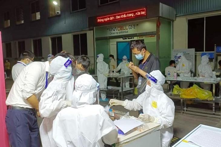 Lực lượng y tế tiến hành việc lấy mẫu test nhanh cho người dân và công nhân. Ảnh: Xuân Thắng