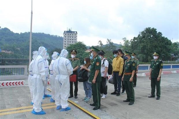 Lực lượng chức năng Việt Nam trao trả các công dân nhập cảnh trái phép cho phía Trung Quốc, tại Cửa khẩu đường bộ quốc tế Lào Cai. Ảnh: TTXVN phát