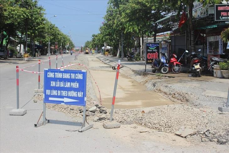 Dự án hệ thống thoát nước và vệ sinh môi trường đô thị huyện Núi Thành, do Ban quản lý (BQL) Dự án đầu tư xây dựng tỉnh Quảng Nam làm chủ đầu tư và được UBND huyện Núi Thành cấp phép thi công vào tháng 5/2020 và dự kiến đến cuối tháng 4/2021 hoàn thành.