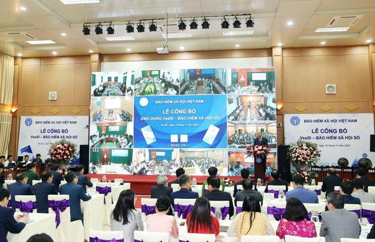 Lễ công bố ''Ứng dụng Bảo hiểm xã hội Việt Nam trên nền tảng thiết bị di động''. Ảnh: TTXVN.