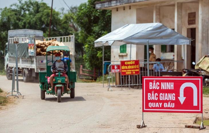 Trước diễn biến phức tạp của dịch bệnh Covid-19, các huyện ngoại thành Hà Nội như Đông Anh, Sóc Sơn có các thôn, xã tiếp giáp với hai tỉnh trên đã cho dựng chốt kiểm soát người ra vào, hạn chế đi lại.