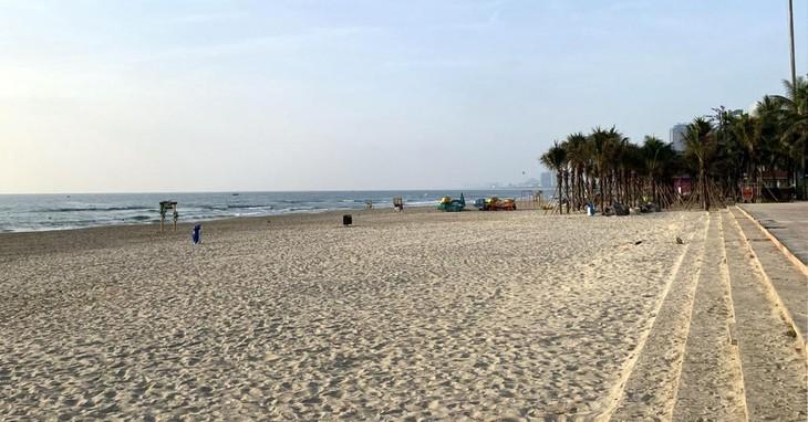 Thành phố Đà Nẵng chỉ cho phép tắm biển vào 2 khung giờ từ 4h30 đến không quá 7h30 và từ 16h30 đến không quá 18h30.