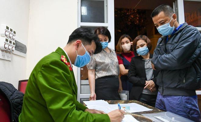 Công an Hà Nội làm thủ tục cấp đổi Căn cước công dân gắn chíp cho người dân