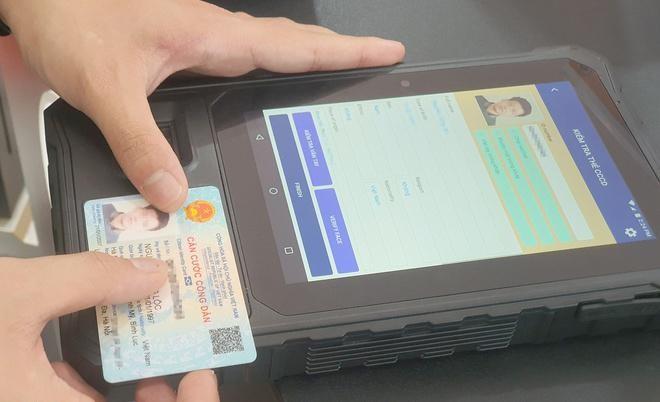 CCCD gắn chip có thể được kiểm tra thông tin qua thiết bị đọc hoặc smartphone