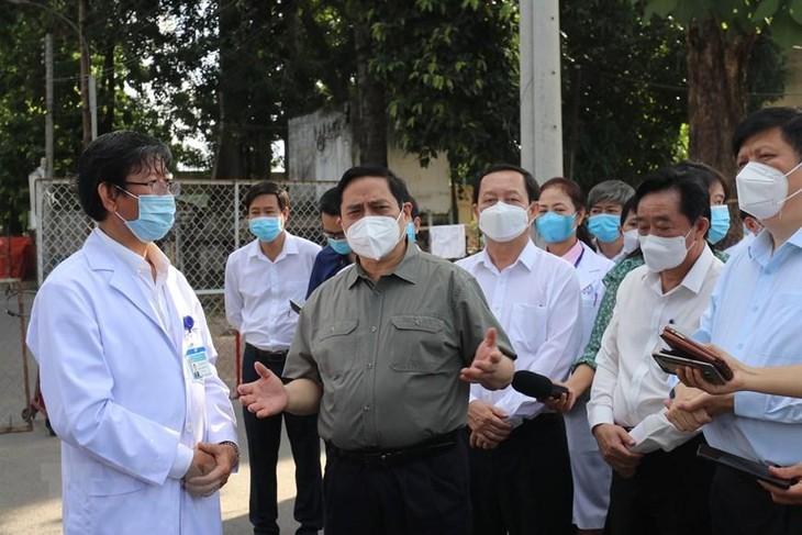 Đoàn công tác của Chính phủ do Thủ tướng Chính phủ Phạm Minh Chính dẫn đầu kiểm tra công tác phòng, chống dịch và điều trị bệnh nhân COVID-19 tại Bệnh viện Đa khoa tỉnh Bình Dương. Ảnh: TTXVN