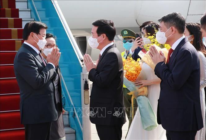 Đồng chí Võ Văn Thưởng, Uỷ viên Bộ Chính trị, Thường trực Ban Bí thư đón Tổng Bí thư, Chủ tịch nước Lào Thongloun Sisoulith và Phu nhân tại sân bay Quốc tế Nội Bài ở Thủ đô Hà Nội.