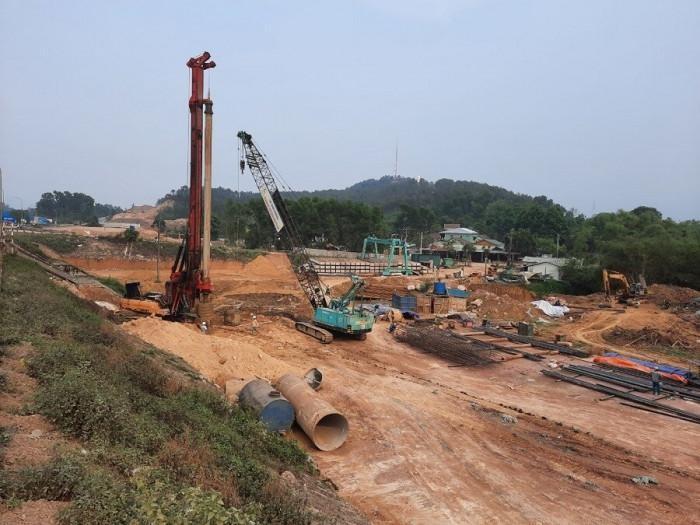 Đoan tuyến dự án cao tốc Cam Lộ - La Sơn phía Nam cầu Tuần, Thừa Thiên Huế đang thi công sau khi được bàn giao mặt bằng tháng 4/2021