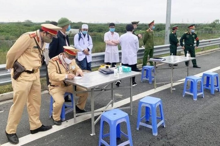 TP.Hà Nội lập 22 chốt giám sát, đo thân nhiệt từng người ra vào cửa ngõ Thủ đô để phòng dịch COVID-19.