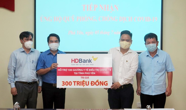 Ông Huỳnh Quốc Thi- Giám đốc HDBank Phú Yên (áo trắng)- đại diện Ban Lãnh đạo HDBank- trao 100 giường y tế trị giá 300 triệu đồng cho tỉnh Phú Yên.