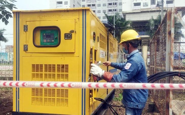 Công ty Điện lực Tân Thuận lắp đặt máy phát điện 250kVA để làm nguồn dự phòng cho bệnh viện dã chiến Quận 7