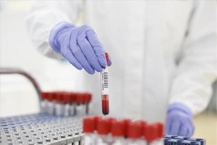 Cán bộ y tế xét nghiệm COVID-19