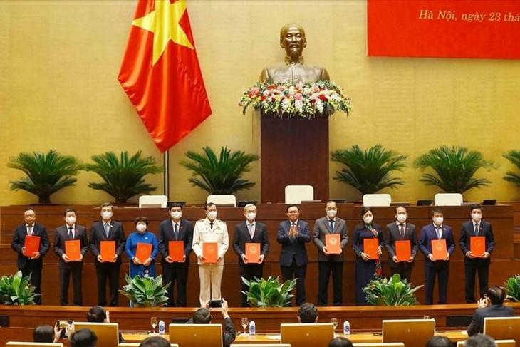 Chủ tịch Quốc hội Vương Đình Huệ trao các Nghị quyết của Quốc hội cho Tổng Thư ký Quốc hội, Chủ nhiệm các Uỷ ban, Chủ tịch Hội đồng Dân tộc. Ảnh TTXVN