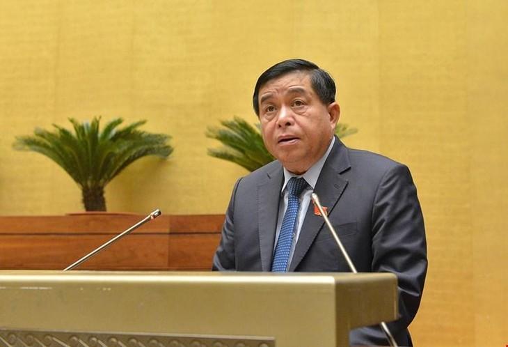 Bộ trưởng Bộ Kế hoạch và Đầu tư Nguyễn Chí Dũng, thừa ủy quyền của Thủ tướng Chính phủ, trình bày Tờ trình về kế hoạch đầu tư công trung hạn giai đoạn 2021 - 2025.