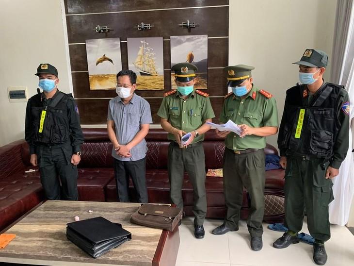 Ông Trần Xuân Long (thứ hai từ trái sang) bị bắt tạm giam về hành vi tham ô tài sản