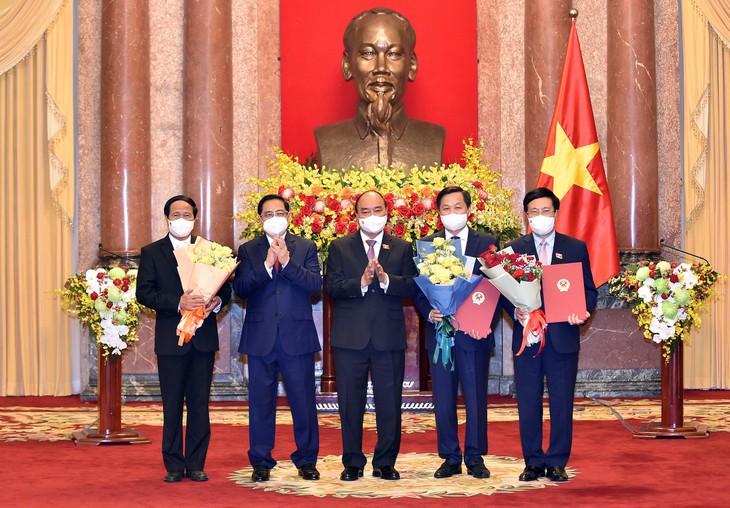 Chủ tịch nước Nguyễn Xuân Phúc trao Quyết định và chúc mừng các Phó Thủ tướng. Ảnh: VGP