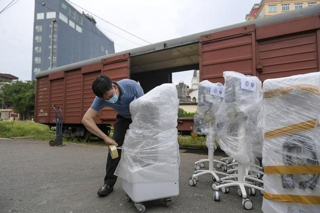 Chuyến hàng đặc biệt gồm hàng trăm trang thiết bị y tế hiện đại