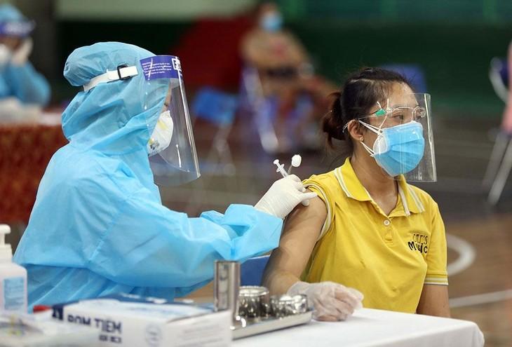 Chính phủ chỉ đạo phân bổ, tổ chức tiêm vaccine phải đảm bảo tiến độ để đạt miễn dịch cộng đồng trong thời gian sớm nhất tại khu vực TP.HCM. Ảnh: Ngọc Dương