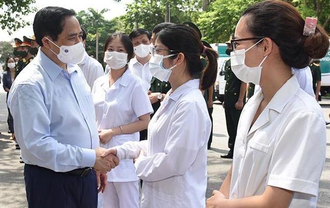 Thủ tướng Phạm Minh Chính động viên đội ngũ y bác sĩ tại lễ phát động chiến dịch tiêm chủng vaccine phòng chống COVID-19 trên toàn quốc. Ảnh: Trần Hải