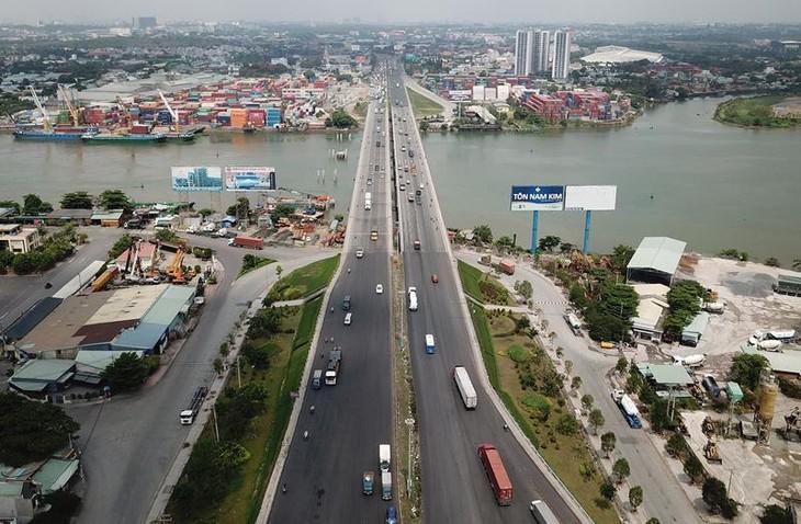 Cầu Đồng Nai bắc qua sông Đồng Nai nối TP. Biên Hòa và TP. Dĩ An, tỉnh Bình Dương