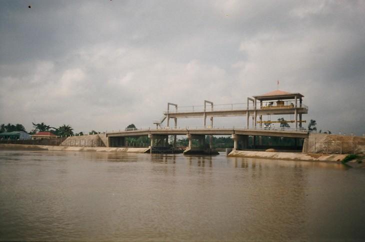 Cống Nàng Âm (huyện Vũng Liêm, tỉnh Vĩnh Long) là một trong những công trình thủy lợi được thực hiện trong dự án này. Ảnh: Internet