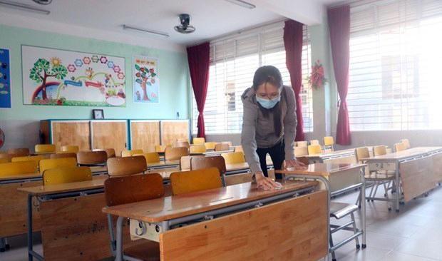 Vệ sinh bàn ghế, lớp học chuẩn bị cho học sinh quay trở lại trường. Nguồn: TTXVN